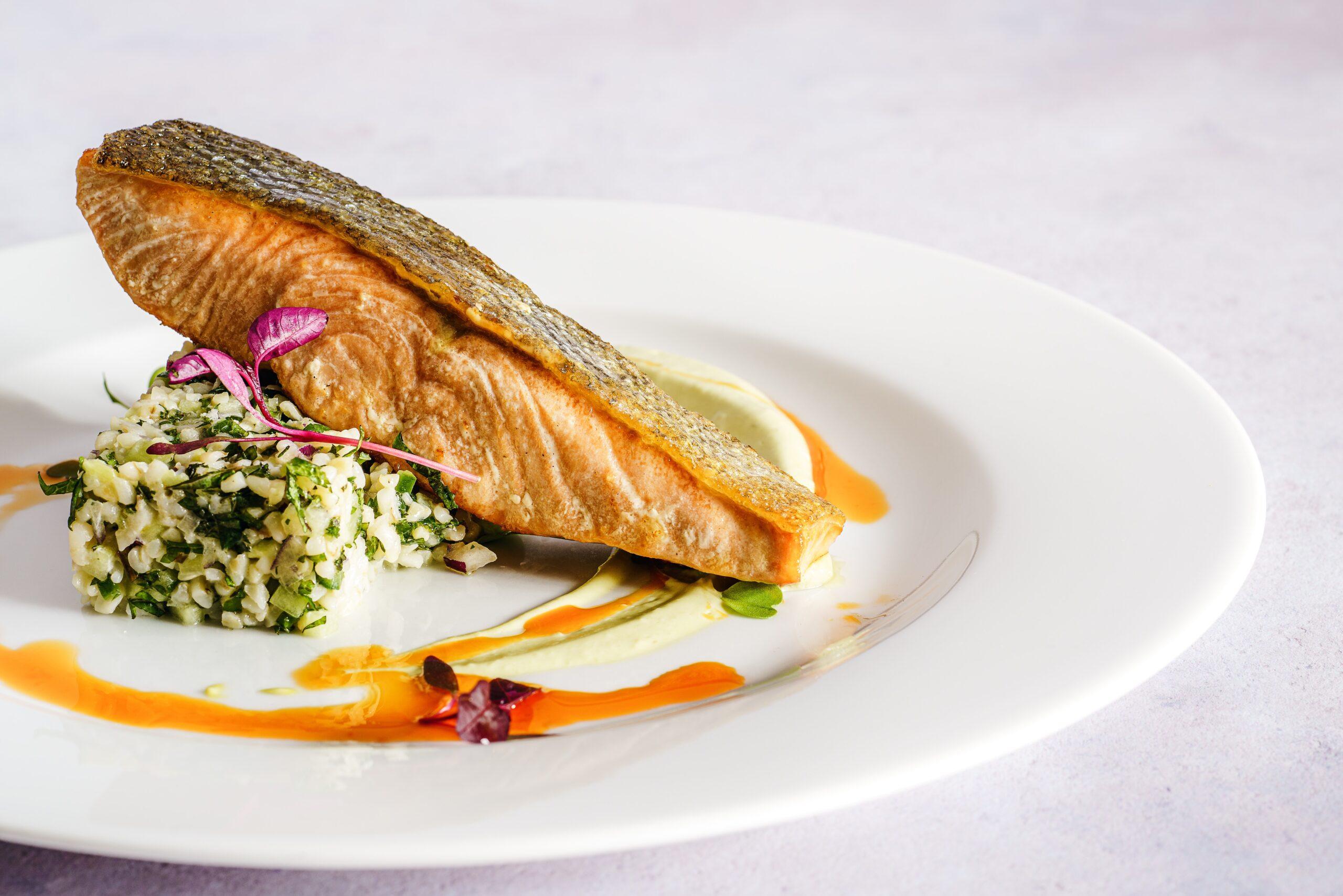 إعلان عن مطعم لبيع الأسماك